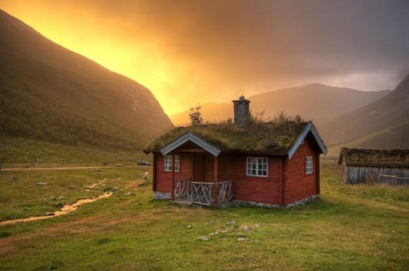 Nhà miền quê với tường đỏ