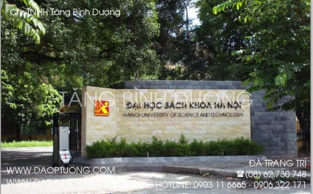 Cổng trường Đại học ốp đá: đá bóc đen và đá bóc vàng