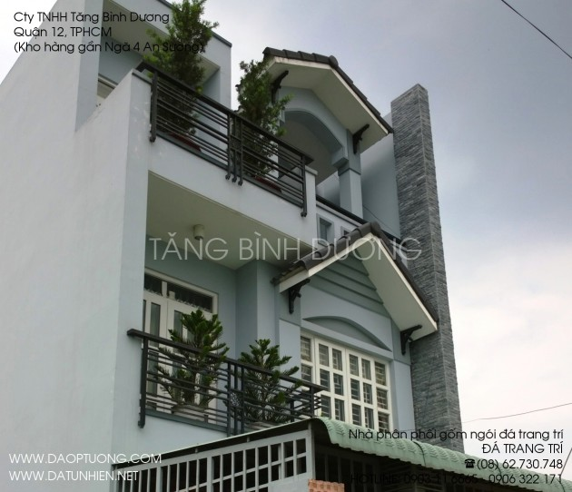 Nhà đẹp với một mảng tường đứng ốp đá bóc đen 5x20 cm