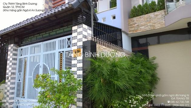Nhà phố đẹp với phần cổng ốp đá bóc ô đen và đá bóc ô trắng muối