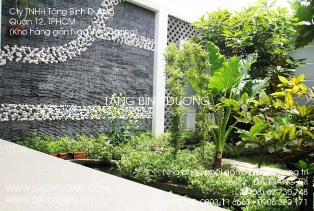 Tường nhà ốp đá răng lược đen kết hợp với sỏi trắng.
