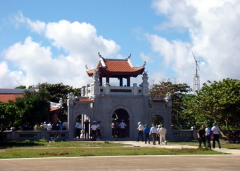 Nhân dân và khách thăm viếng chùa trên đảo Trường Sa Lớn thuộc quần đảo Trường Sa (Khánh Hòa).